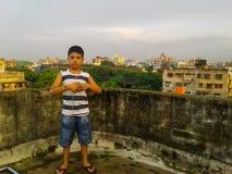 Garçon mignon sur un toit Photos libres de droits