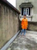 Garçon mignon sur un toit Images libres de droits
