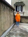 Garçon mignon sur un toit Image libre de droits