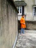 Garçon mignon sur un toit Photographie stock libre de droits