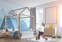 Garçon mignon sur un tricycle dans sa chambre modifiée la tonalité Photographie stock
