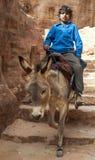 Garçon montant un cheval photographie stock