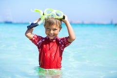 Garçon naviguant au schnorchel Photo libre de droits