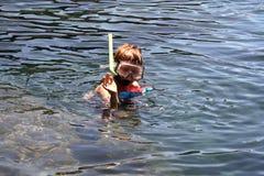 Garçon naviguant au schnorchel dans un bassin naturel à Lanzarote Images stock