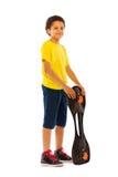 Garçon noir africain se tenant avec le panneau de patin Photos stock