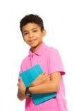Garçon noir heureux avec l'ordinateur de tablette Images stock