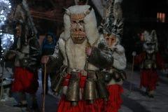 Garçon non identifié avec le costume traditionnel de Kukeri Photos stock