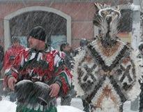Garçon non identifié avec le costume traditionnel de Kukeri Images stock