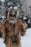 Garçon non identifié avec le costume traditionnel de Kukeri Photo stock