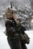 Garçon non identifié avec le costume traditionnel de Kukeri Photographie stock libre de droits