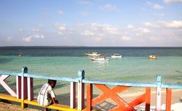 Garçon non identifié observant la mer en plage de Bira Images libres de droits