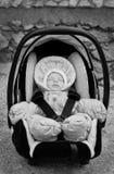 Garçon nouveau-né dormant dans le siège de voiture Images libres de droits