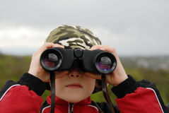 Garçon observant la nature Images stock