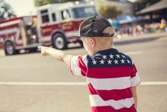 Garçon observant un défilé de Jour de la Déclaration d'Indépendance photographie stock