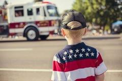 Garçon observant un défilé de Jour de la Déclaration d'Indépendance image stock