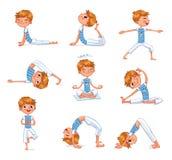 Garçon occupé dans des exercices physiques Enfant de yoga Image libre de droits