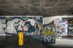 Garçon ou homme faisant de la planche à roulettes à Londres, Angleterre Photos stock