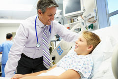 Garçon parlant au conseiller masculin In Emergency Room Images stock