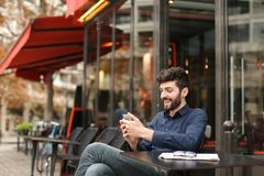 Garçon parlant avec l'amie par l'appel et l'earphon visuels de smartphone Photos stock