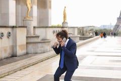 Garçon parlant avec l'amie par le téléphone près d'Eiffel Towe Photo libre de droits
