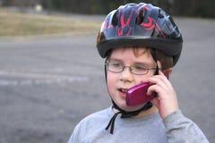 Garçon parlant sur un téléphone portable Images libres de droits
