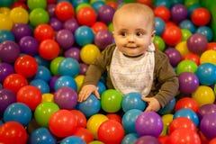 Garçon parmi des boules Image stock