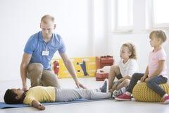 Garçon pendant la formation de premiers secours photo libre de droits