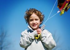 Garçon pilotant un cerf-volant Photos libres de droits