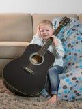 Garçon pleurant avec une guitare à disposition photo libre de droits