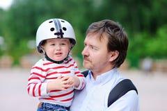 Garçon pleurant d'enfant en bas âge et son père dehors photographie stock libre de droits