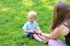 Garçon pleurant dans le jardin Photo stock