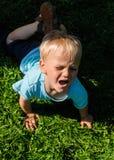 Garçon pleurant dans le jardin Photographie stock