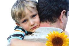 Garçon pleurant sur l'épaule du père Photographie stock libre de droits