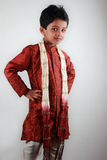 Garçon portant la robe traditionnelle image stock