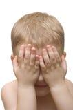 Garçon pour cacher le visage derrière des mains Photos libres de droits