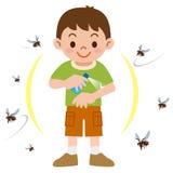 Garçon pour pulvériser l'insectifuge Photos libres de droits