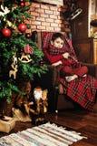 Garçon près d'un arbre de Noël Photo libre de droits