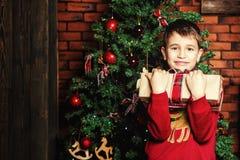Garçon près d'un arbre de Noël Photos libres de droits