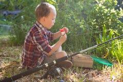 Garçon préparant une amorce dans la forêt Images stock