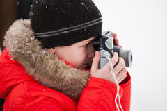 Garçon prenant des photos le jour d'hiver Images libres de droits