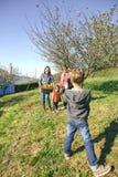 Garçon prenant la photo à la famille avec des pommes dans le panier Images stock