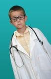Garçon rectifié vers le haut de en tant que docteur photographie stock