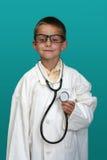 Garçon rectifié vers le haut de en tant que docteur Photo libre de droits