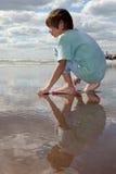 Garçon regardant à l'extérieur à la mer Image libre de droits