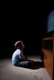 Garçon regardant la TV image stock
