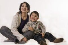 Garçon regardant la TV avec la mère image libre de droits