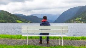 Garçon regardant le fjord dans Ulvik, Norvège Photographie stock libre de droits