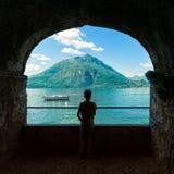 Garçon regardant le lac Como Image stock