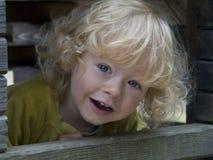 Garçon regardant par un hublot Images libres de droits