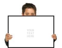 Garçon retenant un signe blanc Photos stock